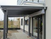 Dřevěné zastřešení terasy - šedá barva | Nové typy zastřešení terasy - pergola ke zdi domu