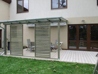 Nové typy zastřešení terasy - pergola ke zdi domu - moderní dřevěné zastřešení terasy, moderní zastřešení terasy